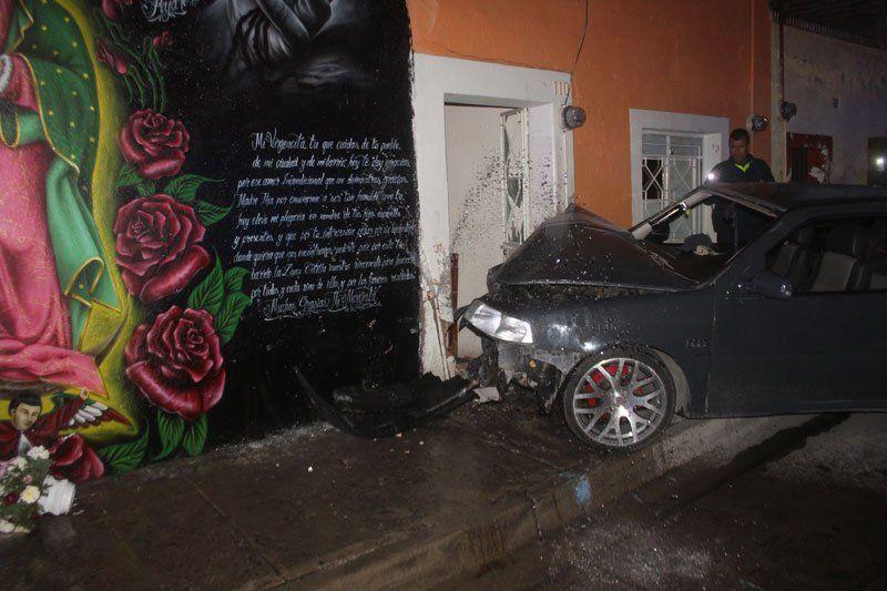 ¡Veloz automóvil se estrelló contra la fachada de una casa en Lagos de Moreno!