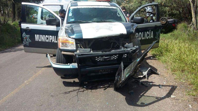 ¡Choca patrulla de la Policía Preventivacontra auto y lo vuelca: tres lesionados!