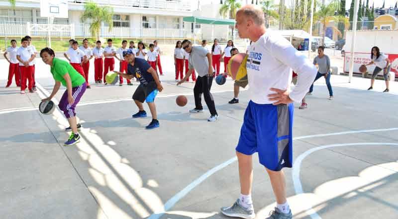 ¡Clínica de baloncesto del IDEA con Bob Mackinnon Jr.en el oriente de la ciudad!