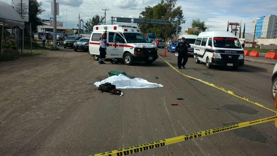 ¡Muere motociclista al ser embestido y atropellado por un trailer!