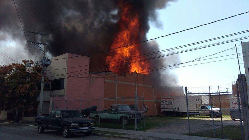 ¡Voraz incendio acaba con bodega de artículos para eventos sociales en Aguascalientes!