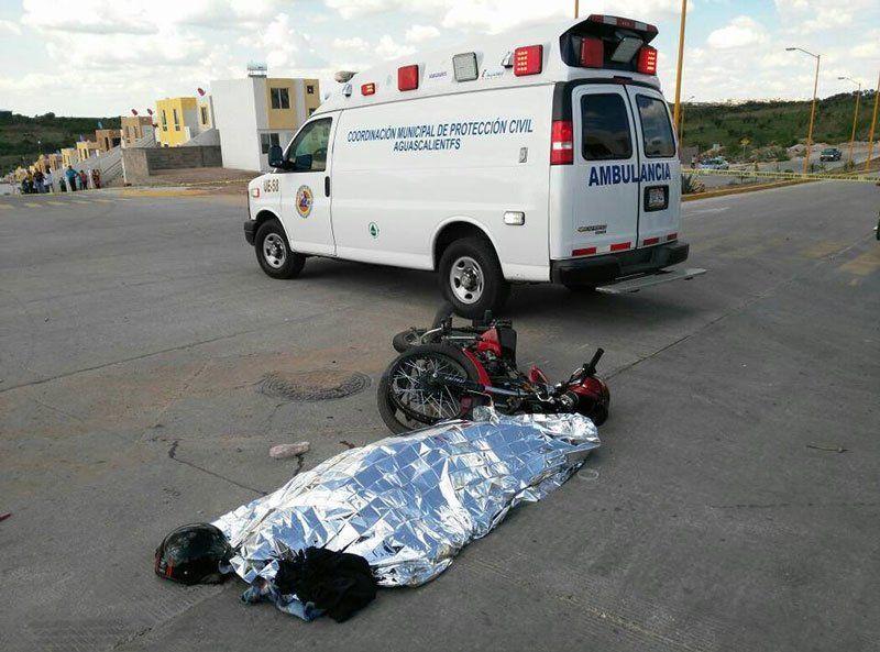 ¡Trágica muerte de joven motociclistacamión de volteo le pasa por encima!