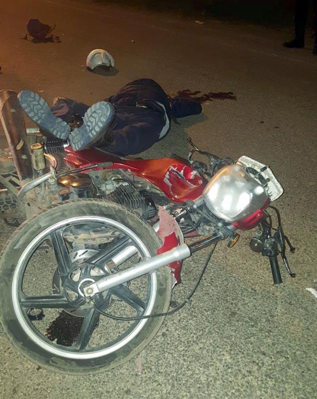 """¡Vehículo """"fantasma"""" impactay mata a joven motociclista en Rincón de Romos!"""