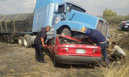 ¡Tripulantes de un taxi mueren aplastados por un trailer en La Chona!
