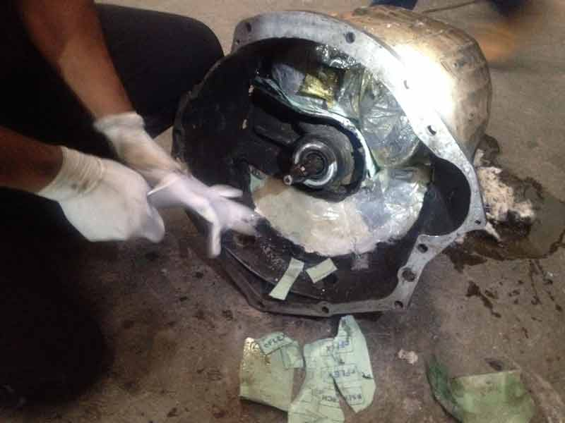 ¡Policía Federal asegura 10 kilos de droga oculta en la transmisión de un camión en Saltillo!