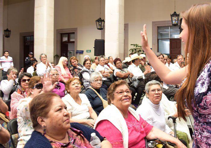 ¡Atiende Tere Jiménez las inquietudes y propuestas de los adultos mayores!