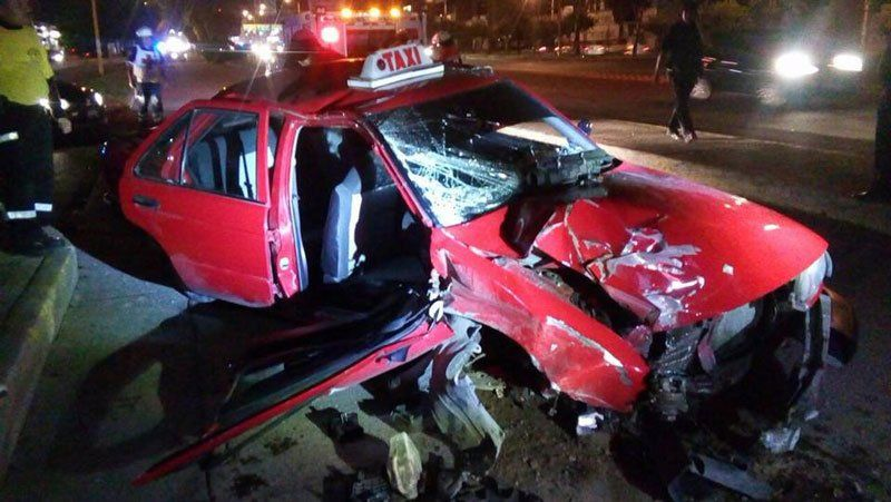 ¡Taxista se estrella y derriba unárbol; dos hermanas lesionadas!