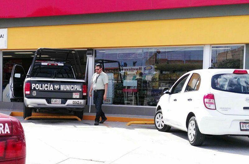 ¡Se le bajó la presión a policía yse metió con todo y patrulla a un Oxxo en Aguascalientes!