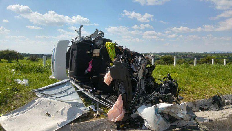 ¡Un muerto y un lesionado trasaplastar tráiler a auto compacto en Jalisco!