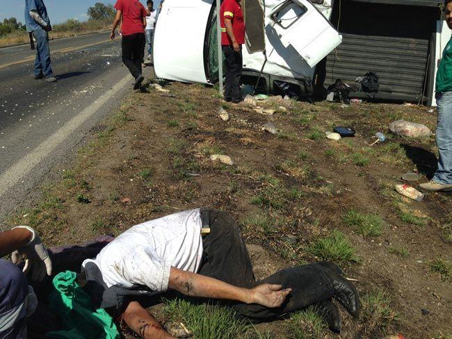 ¡1 muerto y 2 lesionados dejó la volcadura de una camioneta en Encarnación de Díaz!