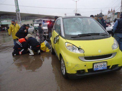 foto4-el vehiculo prtesento da+¦os en el parabrisas y quedo asegurado.